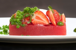 anguria, fragole, caprino e basilico