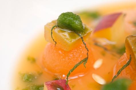 zuppetta di melone con semi, buccia, menta e pesca dettaglio