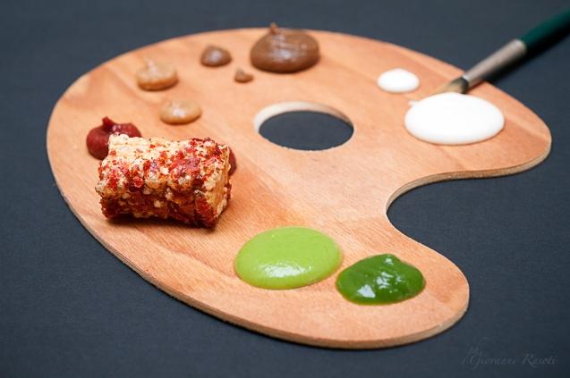 """Ri-quadro è una pasta di Verrigni, un pacchero con un design quadrato. """" Il nome ci ha ispirato per fare da apri pista al menu degustazione: come il pittore si prepara con colori, tavolozza e tela, noi prepariamo l'ospite alla serie di assaggi che seguiranno…"""""""